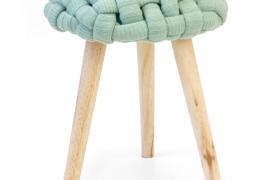 Taburete trenzado verde pastel, acabado patas de madera color natural