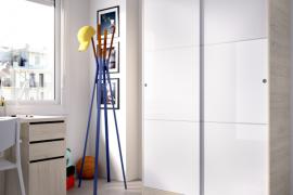 Armario 2 puertas slide plus de 120 cms de ancho y color natural combinado con las puertas en acabado blanco brillo del programa DEKIT del Grupo Rimobel