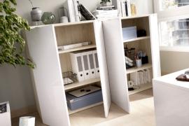 Armario bajo Rox dos puertas con estantes interiores acabado natural combinado con blanco brillo-abierto