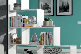 estanteria decorativa blanco brillo, tipo escalera. Ambiente
