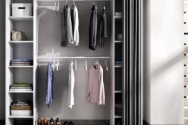 Armario vestidor Suit con dos columnas con estantes laterales y dos barras de colgar centrales. Incluye cortina. Acabado color blanco