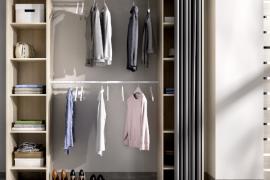 Armario vestidor Suit con dos columnas con estantes laterales y dos barras de colgar centrales. Incluye cortina. Acabado color natural