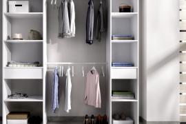 Kit vestidor Suit con dos columnas laterales con un cajón en cada una de ellas y dos barras de colgar centrales. Acabado blanco
