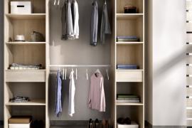 Kit vestidor Suit con dos columnas laterales con un cajón en cada una de ellas y dos barras de colgar centrales. Acabado natural