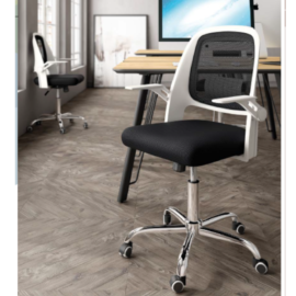 Silla de oficina Kiev, de estructura PVC blanco, respaldo y asiento negro, reposa brazos abatibles y patas cromadas.
